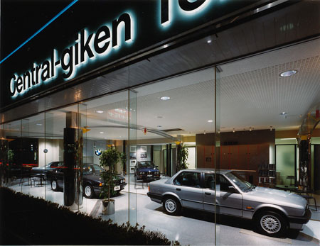 セントラルギケン所沢店 夜景外装内照式サインが栄える 夕景外装サンプル車の方向も走っている車に.
